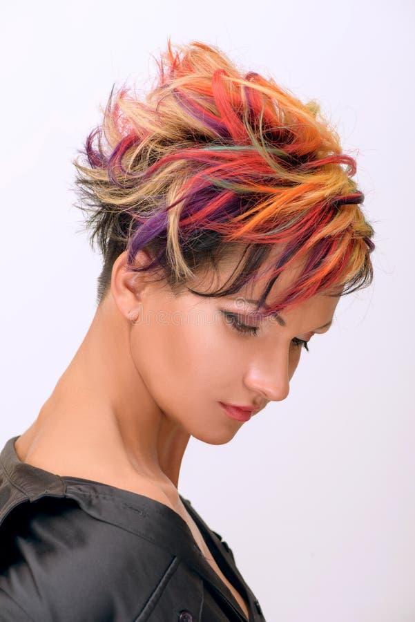 Το κορίτσι με τον επαγγελματικό και μοντέρνο χρωματισμό τρίχας και δημιουργικός αποτελεί στοκ εικόνες με δικαίωμα ελεύθερης χρήσης