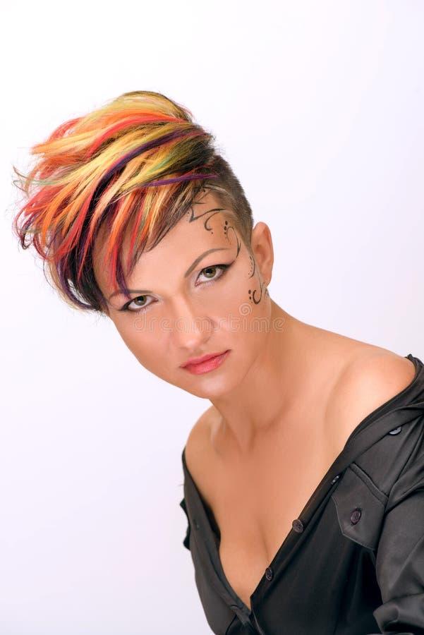 Το κορίτσι με τον επαγγελματικό και μοντέρνο χρωματισμό τρίχας και δημιουργικός αποτελεί στοκ φωτογραφία με δικαίωμα ελεύθερης χρήσης