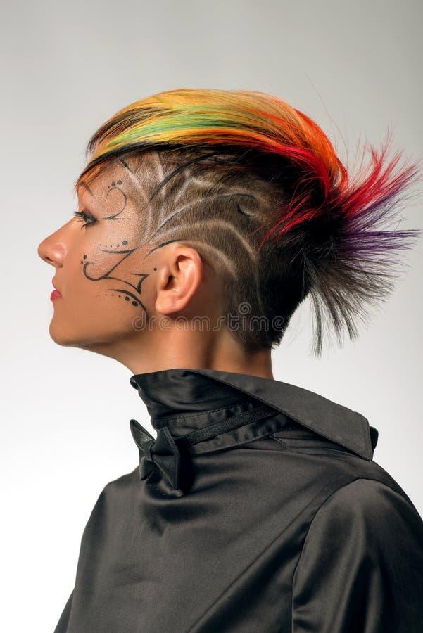 Το κορίτσι με τον επαγγελματικό και μοντέρνο χρωματισμό τρίχας και δημιουργικός αποτελεί στοκ φωτογραφίες