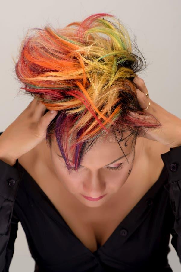 Το κορίτσι με τον επαγγελματικό και μοντέρνο χρωματισμό τρίχας και δημιουργικός αποτελεί στοκ εικόνες