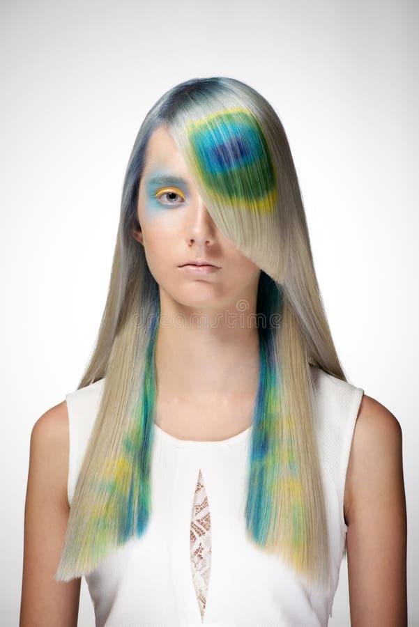Το κορίτσι με τον επαγγελματικό χρωματισμό τρίχας και δημιουργικός αποτελεί στο ύφος peacock στοκ εικόνα με δικαίωμα ελεύθερης χρήσης
