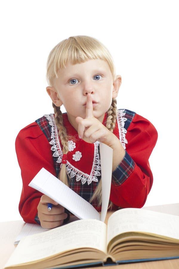 Το κορίτσι με το ανοιγμένο βιβλίο εμφανίζει σιωπή στοκ εικόνες με δικαίωμα ελεύθερης χρήσης