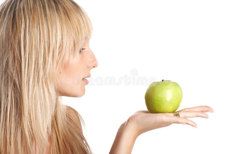 Το κορίτσι με το μήλο στοκ φωτογραφία