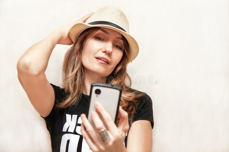 Το κορίτσι με το τηλέφωνο (τηλέφωνο). στοκ εικόνες
