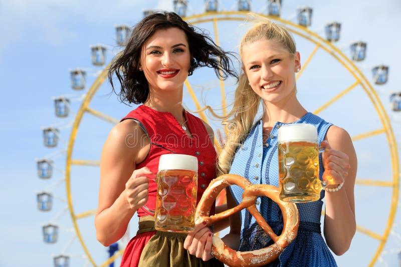 Το κορίτσι με το dirndl κάνει το πιό oktoberfest wiesn σε munic στοκ εικόνα
