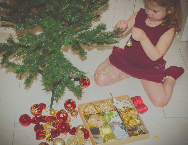 Το κορίτσι ντύνει επάνω το χριστουγεννιάτικο δέντρο στοκ φωτογραφίες με δικαίωμα ελεύθερης χρήσης