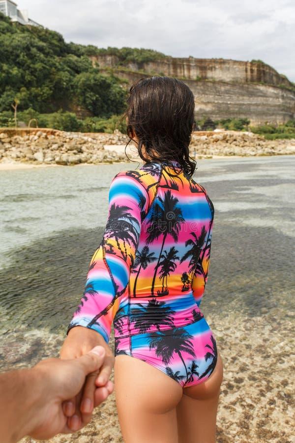 Το κορίτσι οδηγεί από το χέρι στην παραλία στοκ φωτογραφίες με δικαίωμα ελεύθερης χρήσης