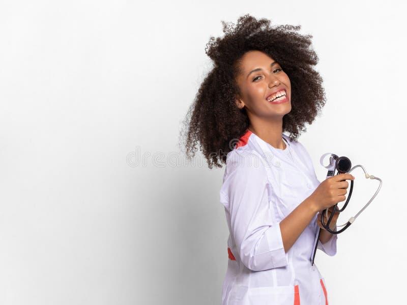 Το κορίτσι ο γιατρός χαμογελά και είναι ευτυχές στοκ εικόνες