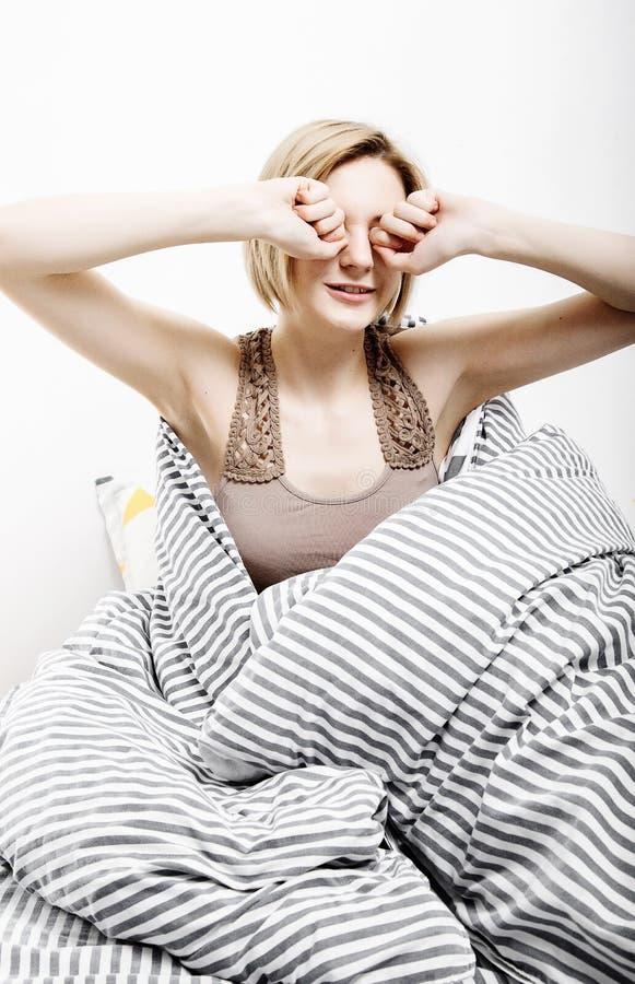 Το κορίτσι πίνει τον καφέ στο κρεβάτι Το κορίτσι πρωινού το νέο κορίτσι ξυπνά το πρωί ύπνος ξυπνώντας πρωί Διαβάζοντας τον Τύπο μ στοκ φωτογραφίες με δικαίωμα ελεύθερης χρήσης
