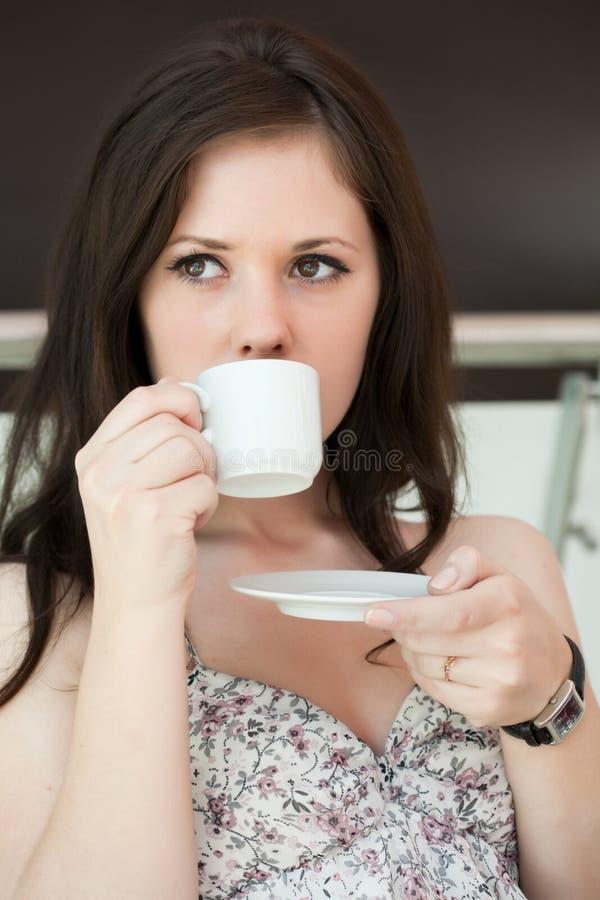 Το κορίτσι πίνει τον καφέ στοκ φωτογραφίες με δικαίωμα ελεύθερης χρήσης