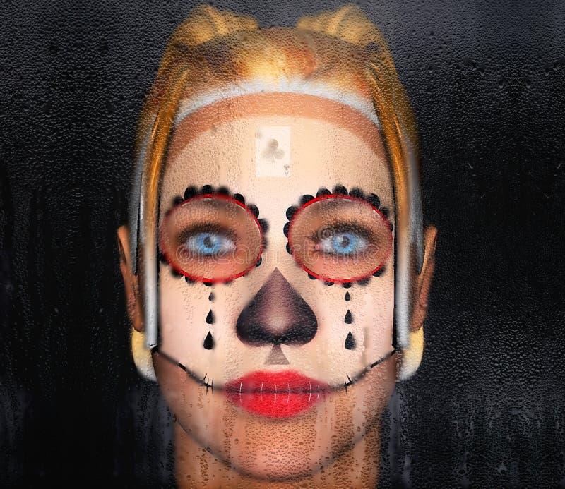 Το κορίτσι πίσω από το γυαλί με μια χρωματισμένη δερματοστιξία προσώπου τσικάνα τρισδιάστατη απεικόνιση απεικόνιση αποθεμάτων