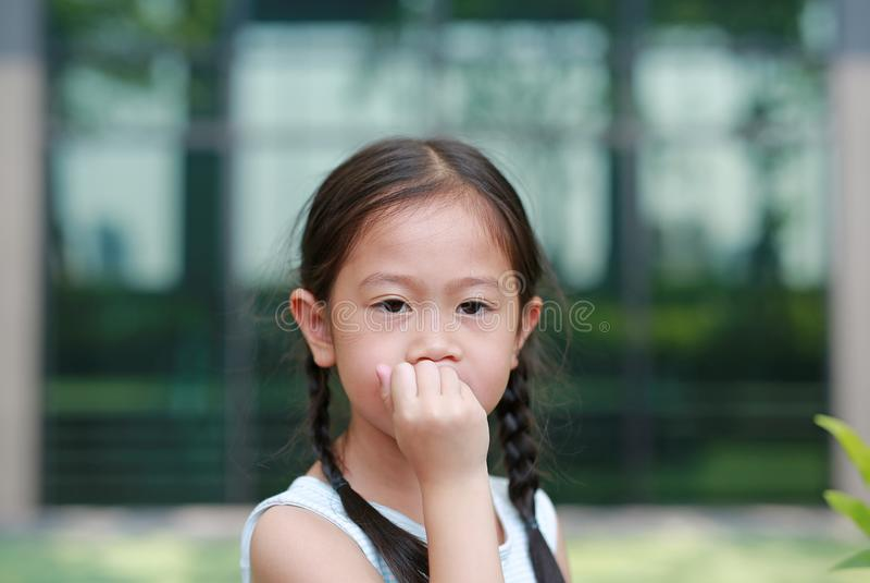 Το κορίτσι παιδιών σκοπεύει την απορρόφηση των δάχτυλών της Οι χειρονομίες των παιδιών που στερούνται την εμπιστοσύνη στοκ εικόνα με δικαίωμα ελεύθερης χρήσης