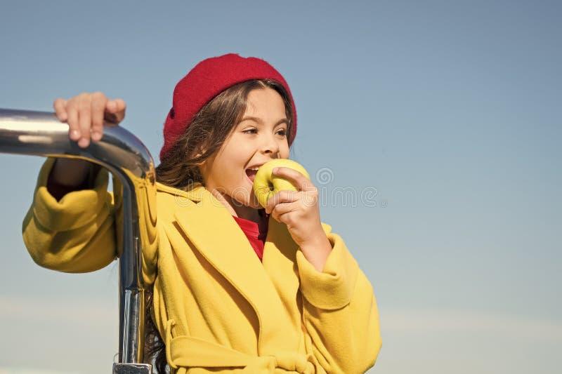 Το κορίτσι παιδιών τρώει τα φρούτα μήλων o Πρόχειρο φαγητό ενώ περίπατος Υγεία και διατροφή παιδιών Υγιή τσιμπώντας οφέλη snack στοκ εικόνες με δικαίωμα ελεύθερης χρήσης