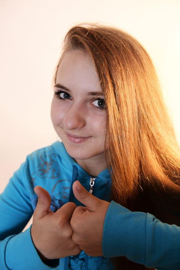 Το κορίτσι παρουσιάζει έναν δροσερό στοκ φωτογραφία με δικαίωμα ελεύθερης χρήσης
