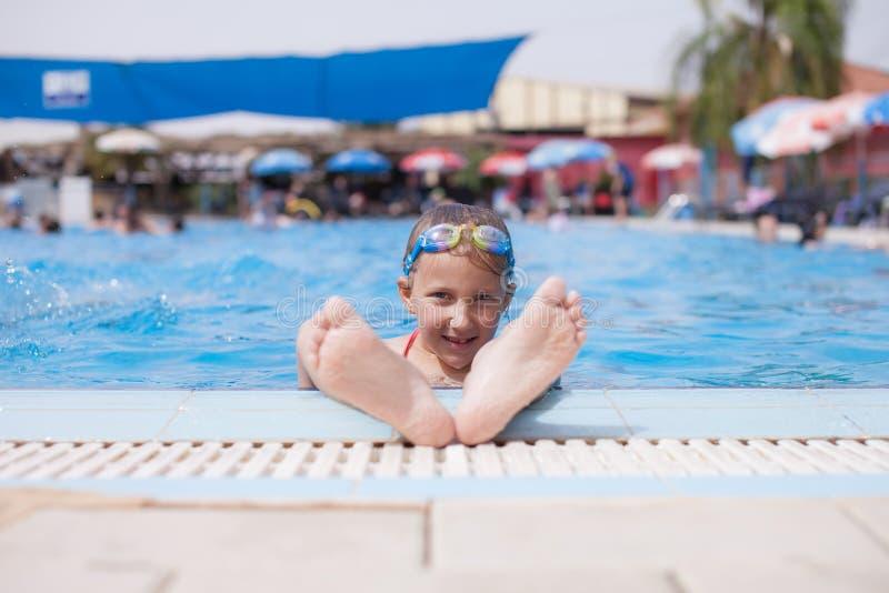 Το κορίτσι παρουσιάζει πόδια από τη λίμνη στοκ φωτογραφία με δικαίωμα ελεύθερης χρήσης