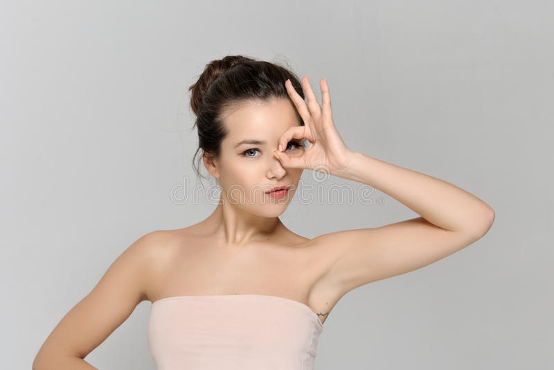 Το κορίτσι παρουσιάζει σε ένα σημάδι όλο εντάξει στοκ εικόνες με δικαίωμα ελεύθερης χρήσης