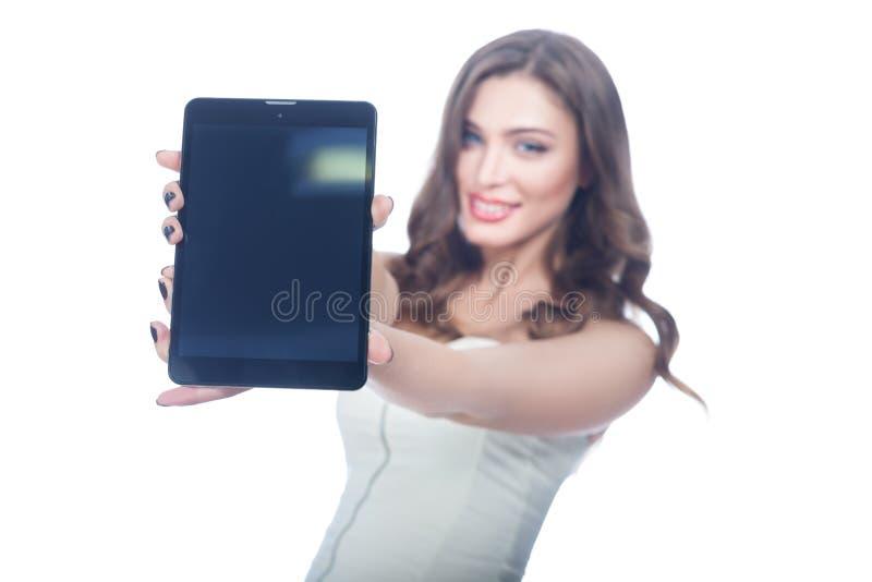 Το κορίτσι παρουσιάζει υπολογιστή ταμπλετών στοκ εικόνα