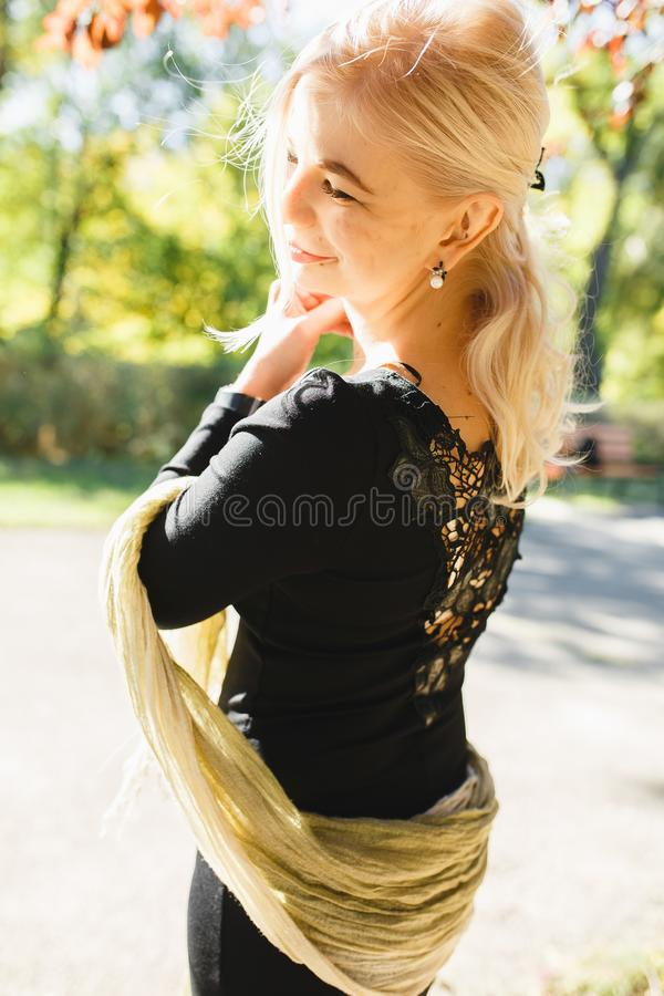 Το κορίτσι περπατά στο πάρκο, ένα μοντέρνο κορίτσι σε ένα φθινόπωρο wal στοκ φωτογραφία με δικαίωμα ελεύθερης χρήσης