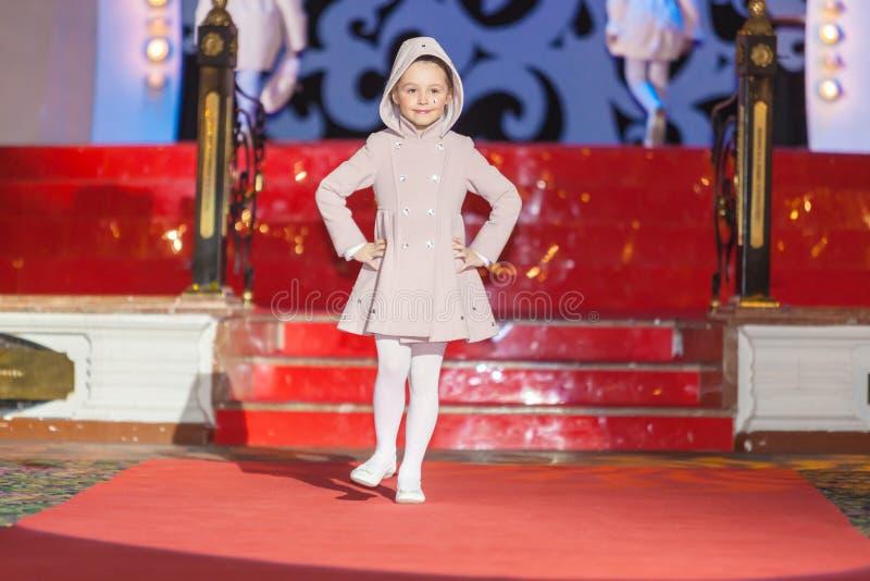 Το κορίτσι περπατά το διάδρομο κατά τη διάρκεια της επίδειξης μόδας παιδιών Stillini στοκ εικόνες με δικαίωμα ελεύθερης χρήσης