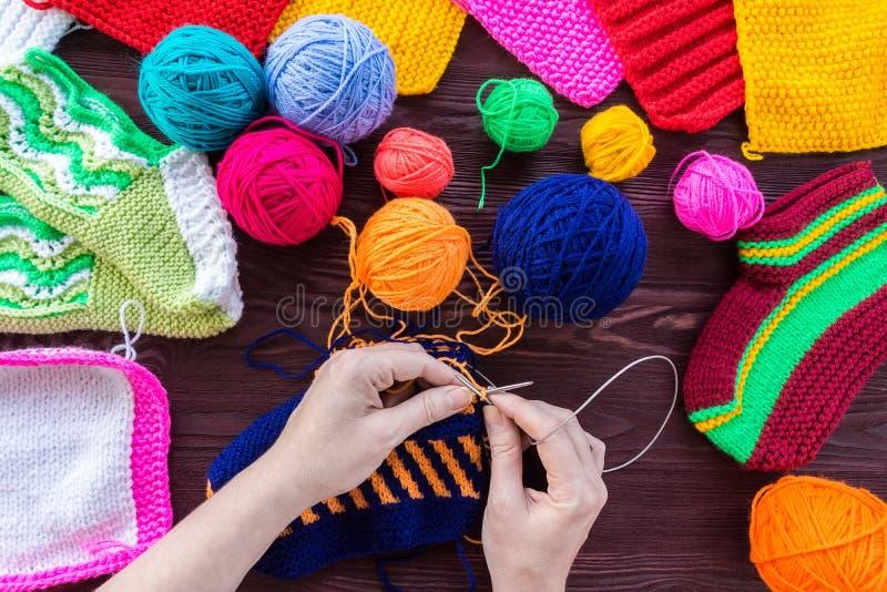 Το κορίτσι πλέκει τις πλέκοντας βελόνες καλτσών στοκ εικόνες με δικαίωμα ελεύθερης χρήσης