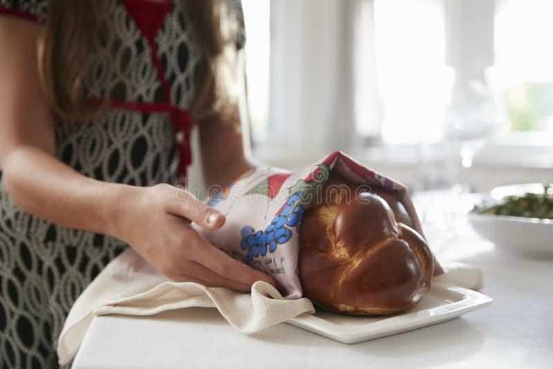 Το κορίτσι που καλύπτει challah το ψωμί για το γεύμα Shabbat, κλείνει επάνω στοκ εικόνες