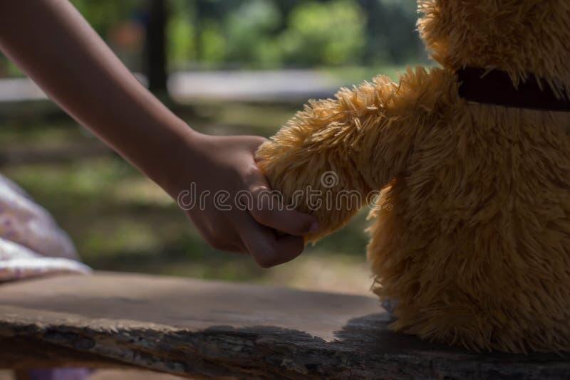 Το κορίτσι που κρατά μια αρκούδα, ταλάντευση αντέχει το καλοκαίρι στοκ φωτογραφία με δικαίωμα ελεύθερης χρήσης