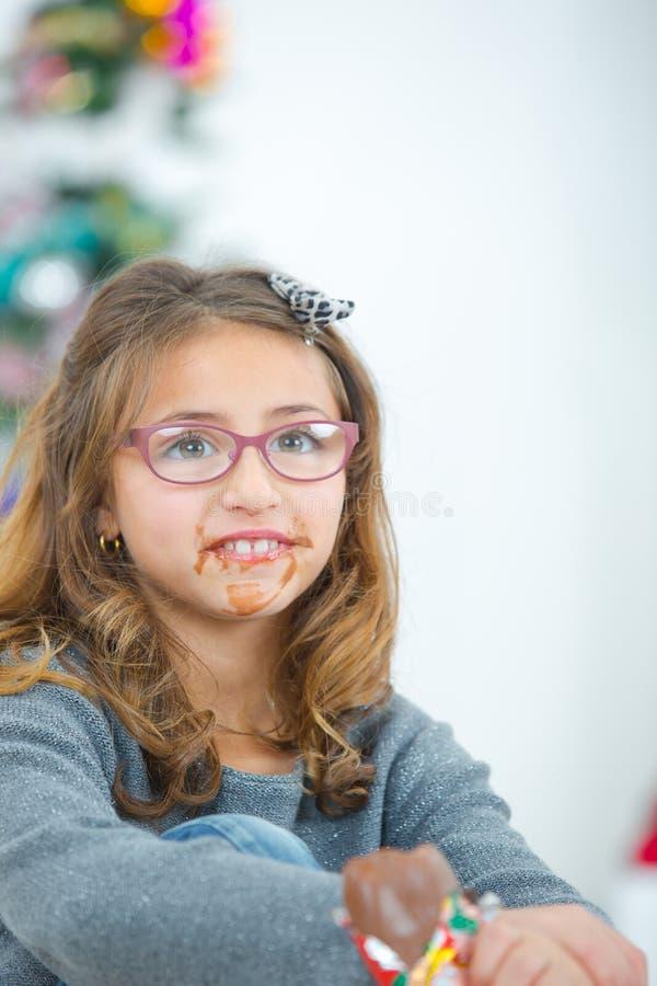 Το κορίτσι που τρώει το στόμα σοκολάτας βρωμίζει μέσα στοκ φωτογραφίες με δικαίωμα ελεύθερης χρήσης