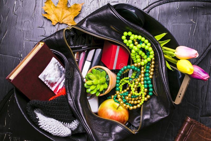 Το κορίτσι που φαίνεται στην τσάντα το θέμα μεταξύ πολλών άλλων θεμάτων Η έννοια των γυναικών ` s βρωμίζει στην τσάντα, στοκ φωτογραφίες