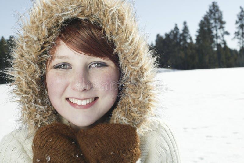 Το κορίτσι που φορά τη γούνα ευθυγράμμισε την κουκούλα παλτών στοκ εικόνες με δικαίωμα ελεύθερης χρήσης