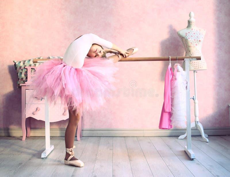 Το κορίτσι προετοιμάζεται για το κλασσικό μάθημα χορού στοκ εικόνες
