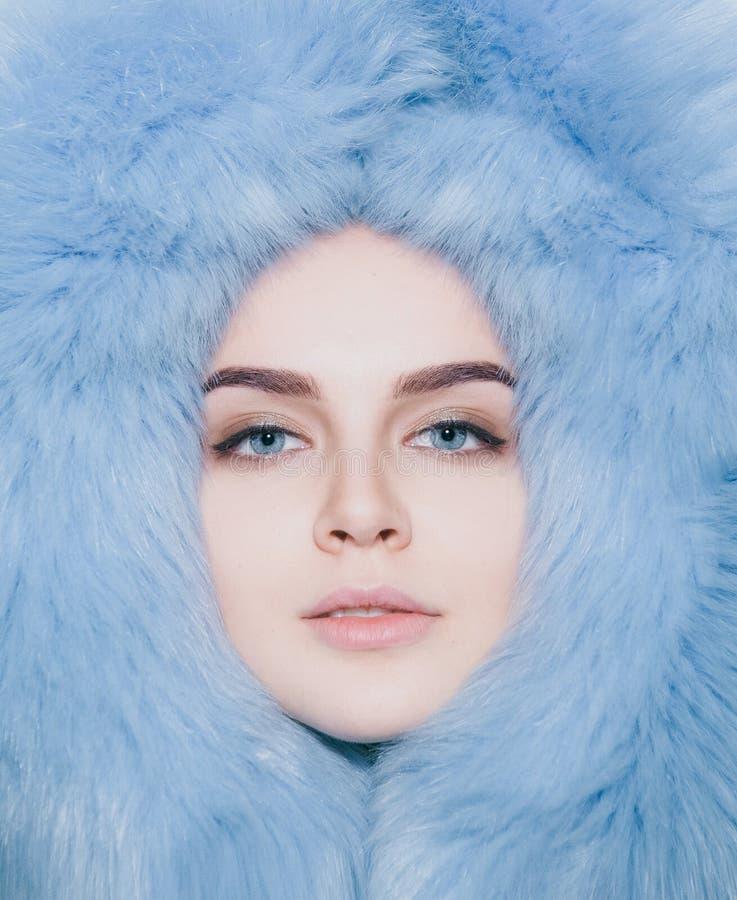 Το κορίτσι προσώπου ικανοποίησε τη μαλακή κουκούλα παλτών γουνών στοκ φωτογραφίες με δικαίωμα ελεύθερης χρήσης