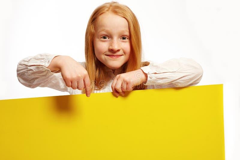 Το κορίτσι προτείνει αποφασισμένος σχετικά με ένα πιάτο στοκ εικόνες με δικαίωμα ελεύθερης χρήσης