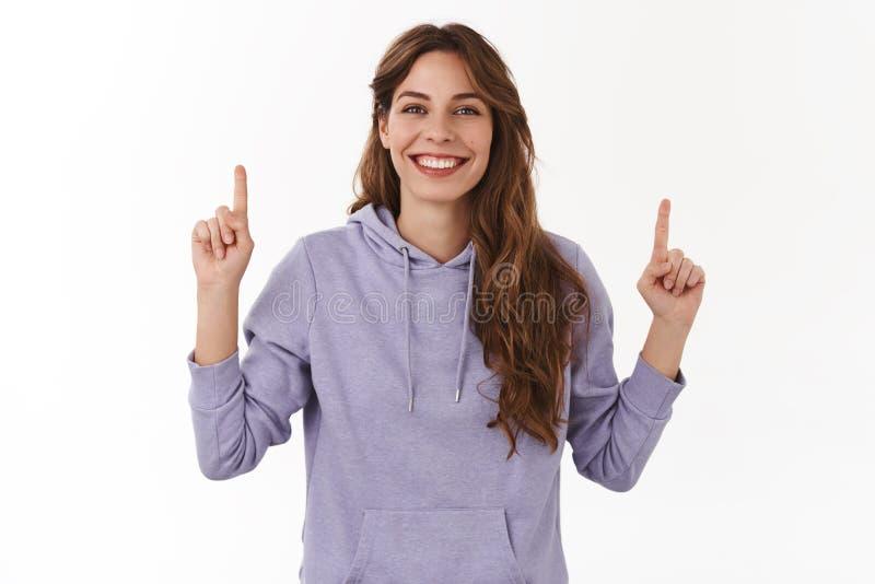 Το κορίτσι προτιμά να πάει προς τα πάνω Το εύθυμο χαρισματικό όμορφο ξένοιαστο νέο πορφυρό hoodie κουρέματος γυναικών σγουρό μακρ στοκ εικόνα με δικαίωμα ελεύθερης χρήσης