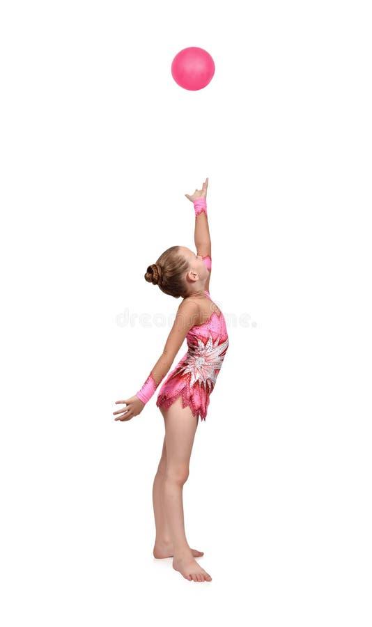 Το κορίτσι ρίχνει επάνω στη σφαίρα στοκ φωτογραφία με δικαίωμα ελεύθερης χρήσης