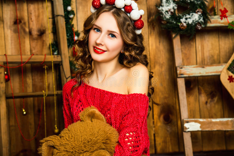 Download Το κορίτσι σε ένα κόκκινο πουλόβερ κάθεται με μια Teddy αρκούδα Χριστούγεννα και νέος Στοκ Εικόνα - εικόνα από αγκάλιασμα, δώρα: 62705081