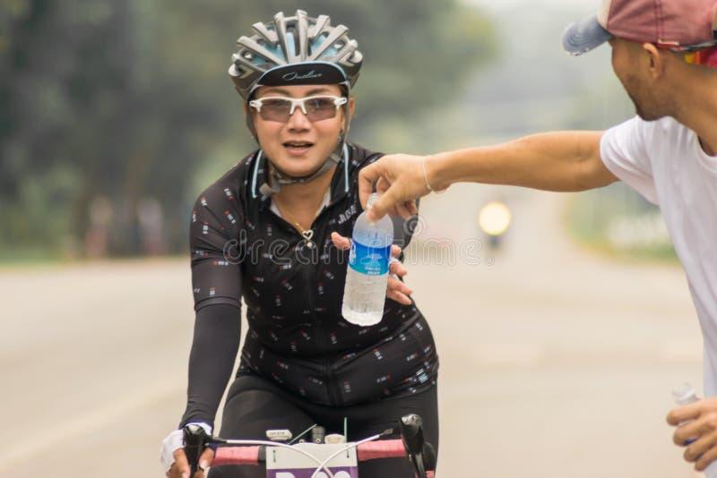 Το κορίτσι σε ένα ποδήλατο μακριών δρόμων κούρασε για να φθάσει στον προορισμό στοκ εικόνες με δικαίωμα ελεύθερης χρήσης