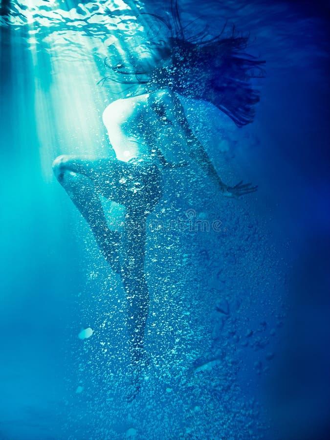 Το κορίτσι σε ένα όμορφο λευκό σώμα υποβρύχιο στοκ εικόνα με δικαίωμα ελεύθερης χρήσης
