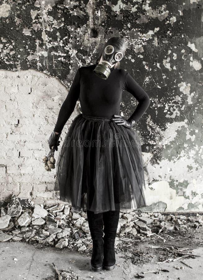 Το κορίτσι σε μια μάσκα αερίου Η απειλή της οικολογίας στοκ εικόνες με δικαίωμα ελεύθερης χρήσης