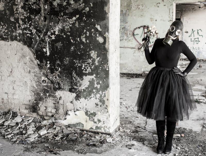 Το κορίτσι σε μια μάσκα αερίου Η απειλή της οικολογίας στοκ εικόνες