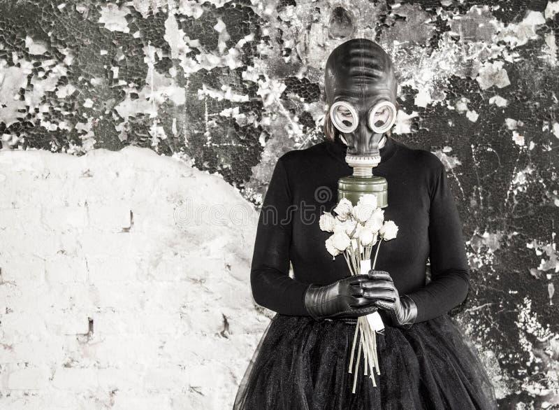 Το κορίτσι σε μια μάσκα αερίου Η απειλή της οικολογίας στοκ φωτογραφία