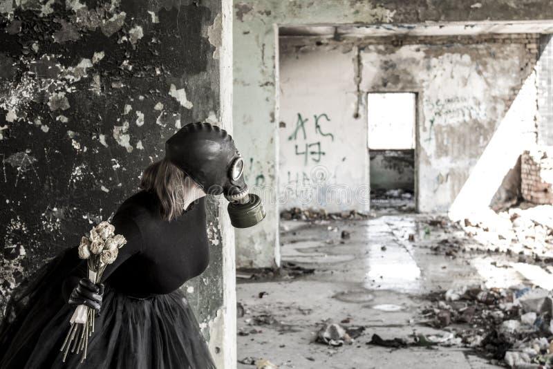 Το κορίτσι σε μια μάσκα αερίου Η απειλή της οικολογίας στοκ εικόνα με δικαίωμα ελεύθερης χρήσης