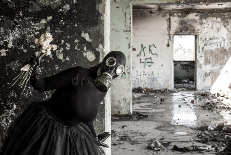 Το κορίτσι σε μια μάσκα αερίου Η απειλή της οικολογίας στοκ φωτογραφίες