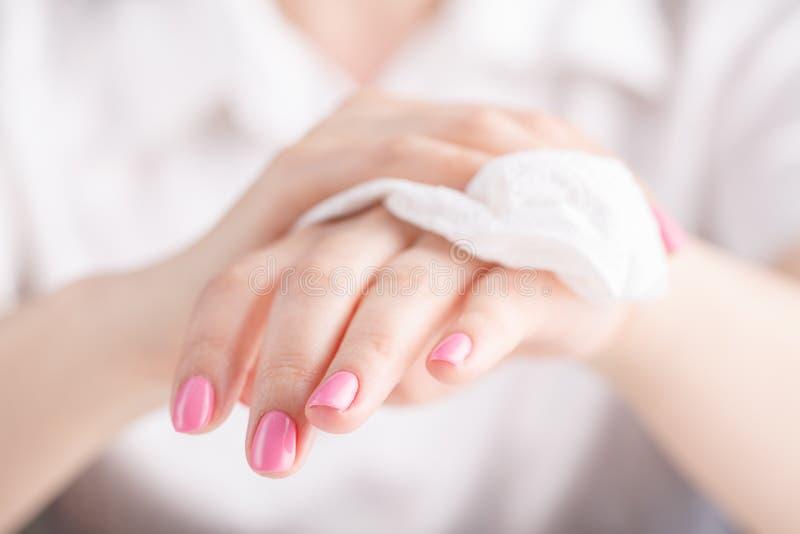 Το κορίτσι σκουπίζει τα χέρια της με μια πετσέτα στοκ εικόνες