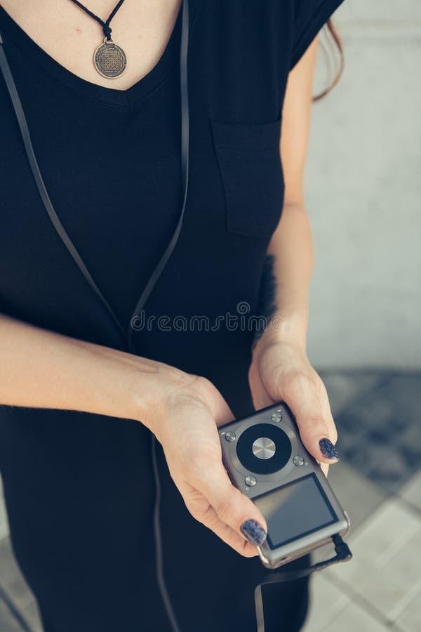 Το κορίτσι στα χέρια κρατά το φορέα στοκ εικόνα