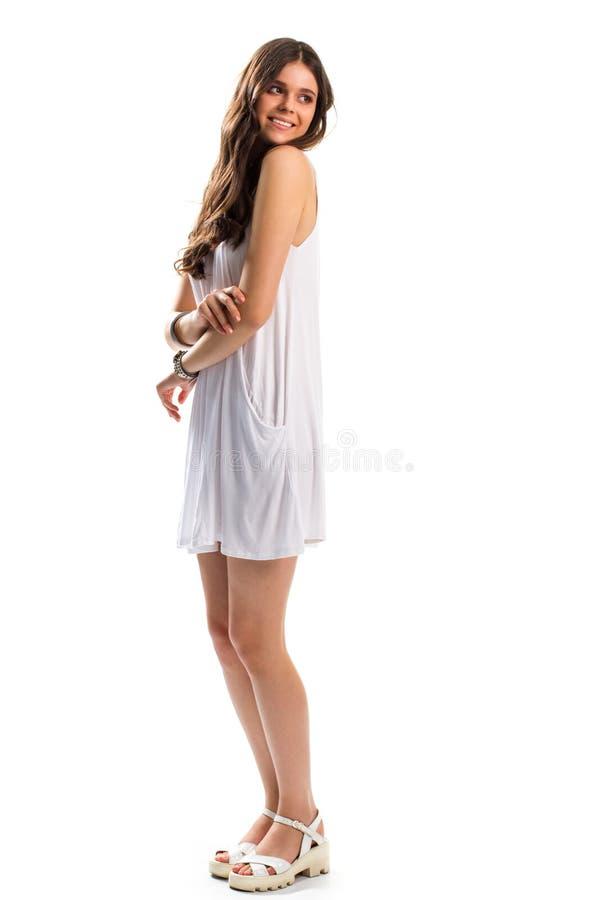 Το κορίτσι στα sundress χαμογελά στοκ φωτογραφία με δικαίωμα ελεύθερης χρήσης