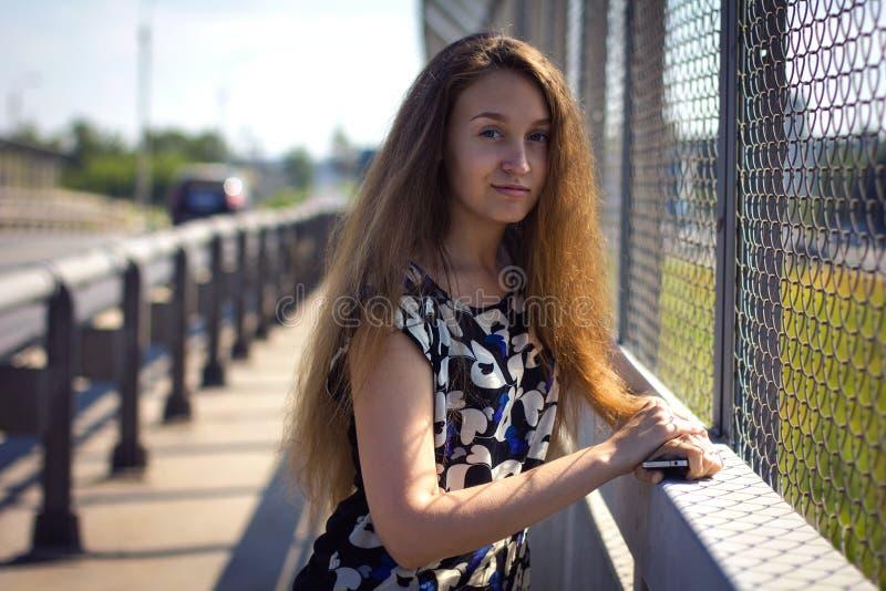 Το κορίτσι στη γέφυρα στοκ εικόνα