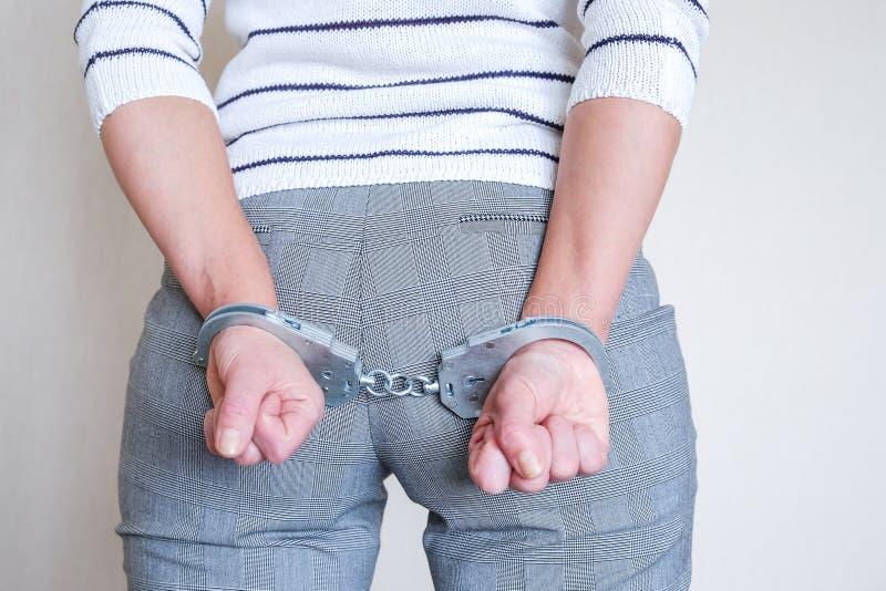 Το κορίτσι στις χειροπέδες στο αστυνομικό τμήμα Συλλήφθείτε για τα misdemeanors στοκ εικόνες με δικαίωμα ελεύθερης χρήσης