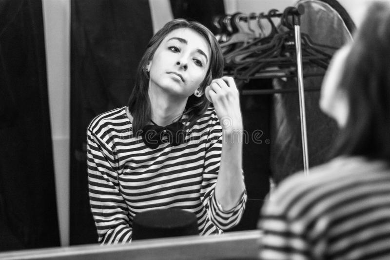 Το κορίτσι στο βεστιάριο παίρνει έτοιμο για το performan στοκ φωτογραφίες