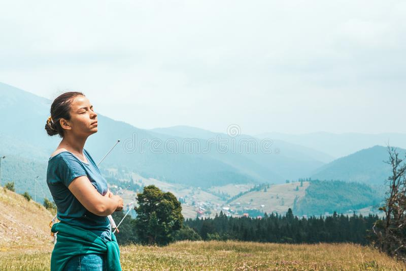 Το κορίτσι στο δάσος αναπνέει το καθαρό αέρα E στοκ φωτογραφία με δικαίωμα ελεύθερης χρήσης