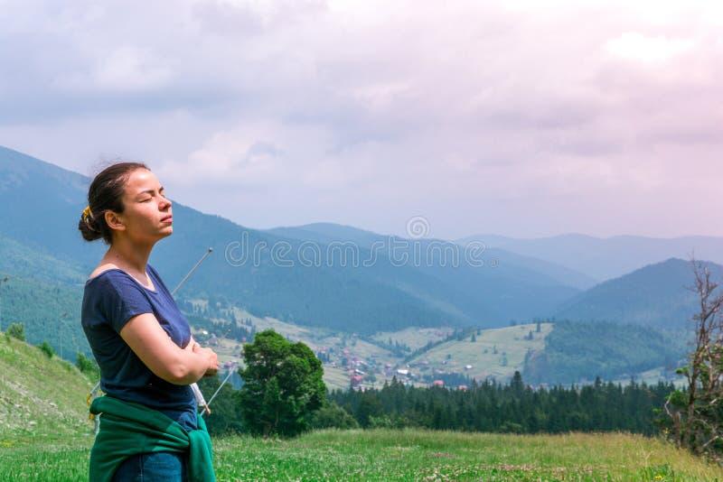 Το κορίτσι στο δάσος αναπνέει το καθαρό αέρα E στοκ εικόνα